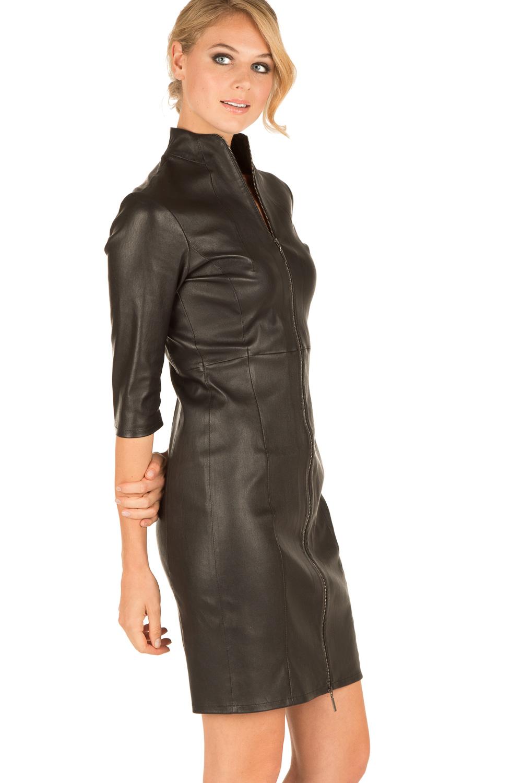 Een gevoerde midi-jurk van soepel lamsleer met een afneembare ceintuur. De jurk heeft een V-uitsnijding in de hals en driekwart mouwen.