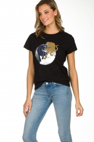 Munthe | T-shirt met opdruk Nostalgic | zwart  | Afbeelding 5