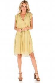 By Malene Birger | Los vallende jurk Bolisma | geel  | Afbeelding 3