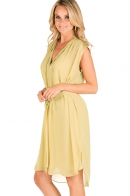 By Malene Birger | Los vallende jurk Bolisma | geel  | Afbeelding 4