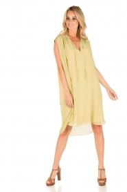 By Malene Birger | Los vallende jurk Bolisma | geel  | Afbeelding 7