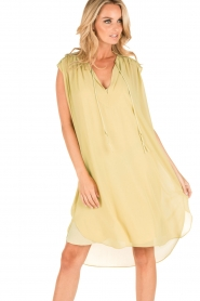By Malene Birger | Los vallende jurk Bolisma | geel  | Afbeelding 8
