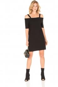 NIKKIE | Off-shoulder jurk Sutton Bardot | zwart  | Afbeelding 3