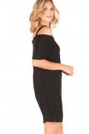 NIKKIE | Off-shoulder jurk Sutton Bardot | zwart  | Afbeelding 4