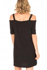NIKKIE | Off-shoulder jurk Sutton Bardot | zwart  | Afbeelding 5