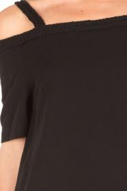 NIKKIE | Off-shoulder jurk Sutton Bardot | zwart  | Afbeelding 6