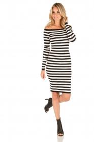NIKKIE | Off-shoulder jurk Jolie | zwart/wit  | Afbeelding 3