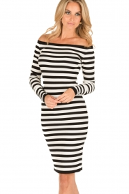 NIKKIE | Off-shoulder jurk Jolie | zwart/wit  | Afbeelding 2