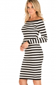 NIKKIE | Off-shoulder jurk Jolie | zwart/wit  | Afbeelding 4