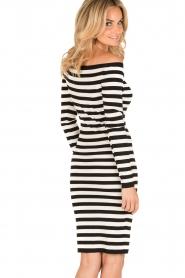 NIKKIE | Off-shoulder jurk Jolie | zwart/wit  | Afbeelding 5