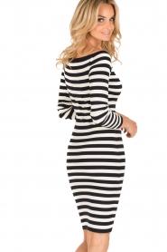 NIKKIE | Off-shoulder jurk Jolie | blauw/wit  | Afbeelding 5