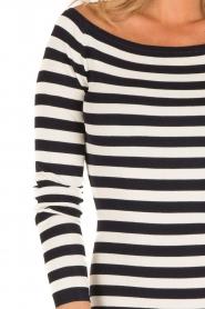 NIKKIE | Off-shoulder jurk Jolie | blauw/wit  | Afbeelding 7