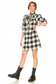 Silvian Heach | Geruite katoenen jurk met strikkraag Blimpit | zwart  | Afbeelding 3