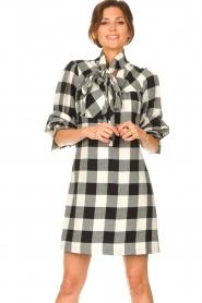 Silvian Heach | Geruite katoenen jurk met strikkraag Blimpit | zwart  | Afbeelding 2