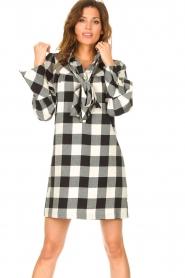 Silvian Heach | Geruite katoenen jurk met strikkraag Blimpit | zwart  | Afbeelding 4