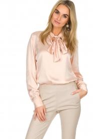 Dante 6 | Satijnen blouse met strik Bluebell | nude  | Afbeelding 4