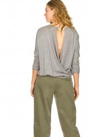 Les Favorites | Sweater met overslag rug Viv | grijs  | Afbeelding 5