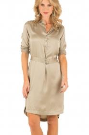 Style Butler | Zijden jurk Isobel | olijfgroen  | Afbeelding 2