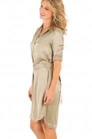 Style Butler | Zijden jurk Isobel | olijfgroen  | Afbeelding 4