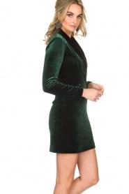 NIKKIE | Velvet blazer jurk Lola | donkergroen  | Afbeelding 4