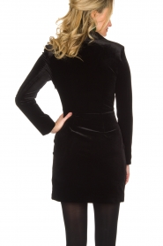 NIKKIE | Velvet blazer jurk Lola | zwart  | Afbeelding 5