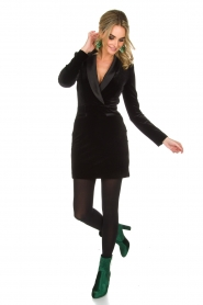 NIKKIE | Velvet blazer jurk Lola | zwart  | Afbeelding 3