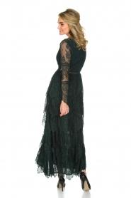 NIKKIE | Kanten maxi-jurk Rani | donkergroen  | Afbeelding 5