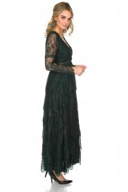 NIKKIE | Kanten maxi-jurk Rani | donkergroen  | Afbeelding 3