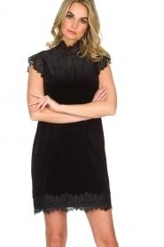 NIKKIE | Velvet jurk met kant Raya | zwart   | Afbeelding 2