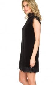 NIKKIE | Velvet jurk met kant Raya | zwart   | Afbeelding 4