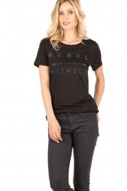 Zoe Karssen | T-shirt Rebel Without | zwart  | Afbeelding 2