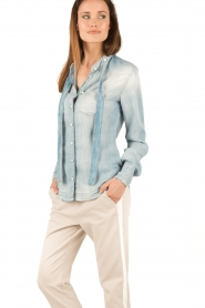 Atos Lombardini | Denim pussybow blouse Nessa | blauw  | Afbeelding 4