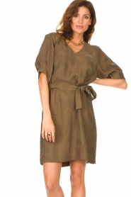 Dante 6 |  Dress with tie waistbelt Benthe | green  | Picture 5