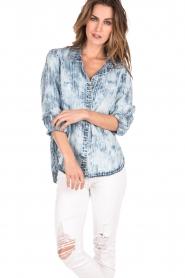 Bella Dahl | Bleached denim blouse Tulip | blauw   | Afbeelding 2