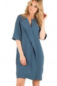 By Malene Birger | Asymmetrische jurk Hobbis | blauw  | Afbeelding 2