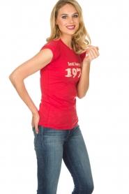 Zoe Karssen | T-shirt Lost boys 1974 | rood  | Afbeelding 5