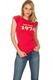 Zoe Karssen | T-shirt Lost boys 1974 | rood  | Afbeelding 2