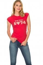 Zoe Karssen | T-shirt Lost boys 1974 | rood  | Afbeelding 4