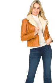 Ibana |  Leather biker jacket with teddy collar Bibi | camel  | Picture 4
