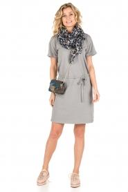 Knit-ted | T-shirt jurk Jael | grijs  | Afbeelding 3