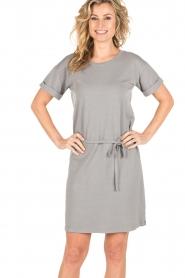 Knit-ted | T-shirt jurk Jael | grijs  | Afbeelding 2
