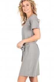 Knit-ted | T-shirt jurk Jael | grijs  | Afbeelding 4