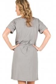 Knit-ted | T-shirt jurk Jael | grijs  | Afbeelding 5