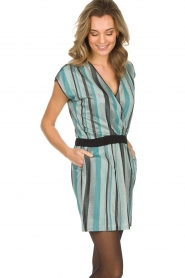 Atos Lombardini | Gestreepte jurk met glitters Fenna | blauw  | Afbeelding 4