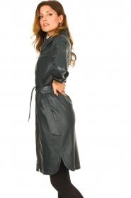STUDIO AR | Leren midi-jurk met tailleriem Amada | donkerblauw  | Afbeelding 6