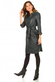 STUDIO AR | Leren midi-jurk met tailleriem Amada | donkerblauw  | Afbeelding 3