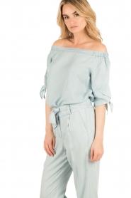 Aaiko | Off-shoulder blouse Tailor | lichtblauw  | Afbeelding 4