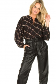 Second Female |  Blouse with floral print Louis | black  | Picture 2