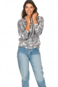 Sofie Schnoor | Tie dye trui Dalaila | grijs  | Afbeelding 2