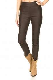 Knit-ted :  Faux leather leggings Amber | brown - img4